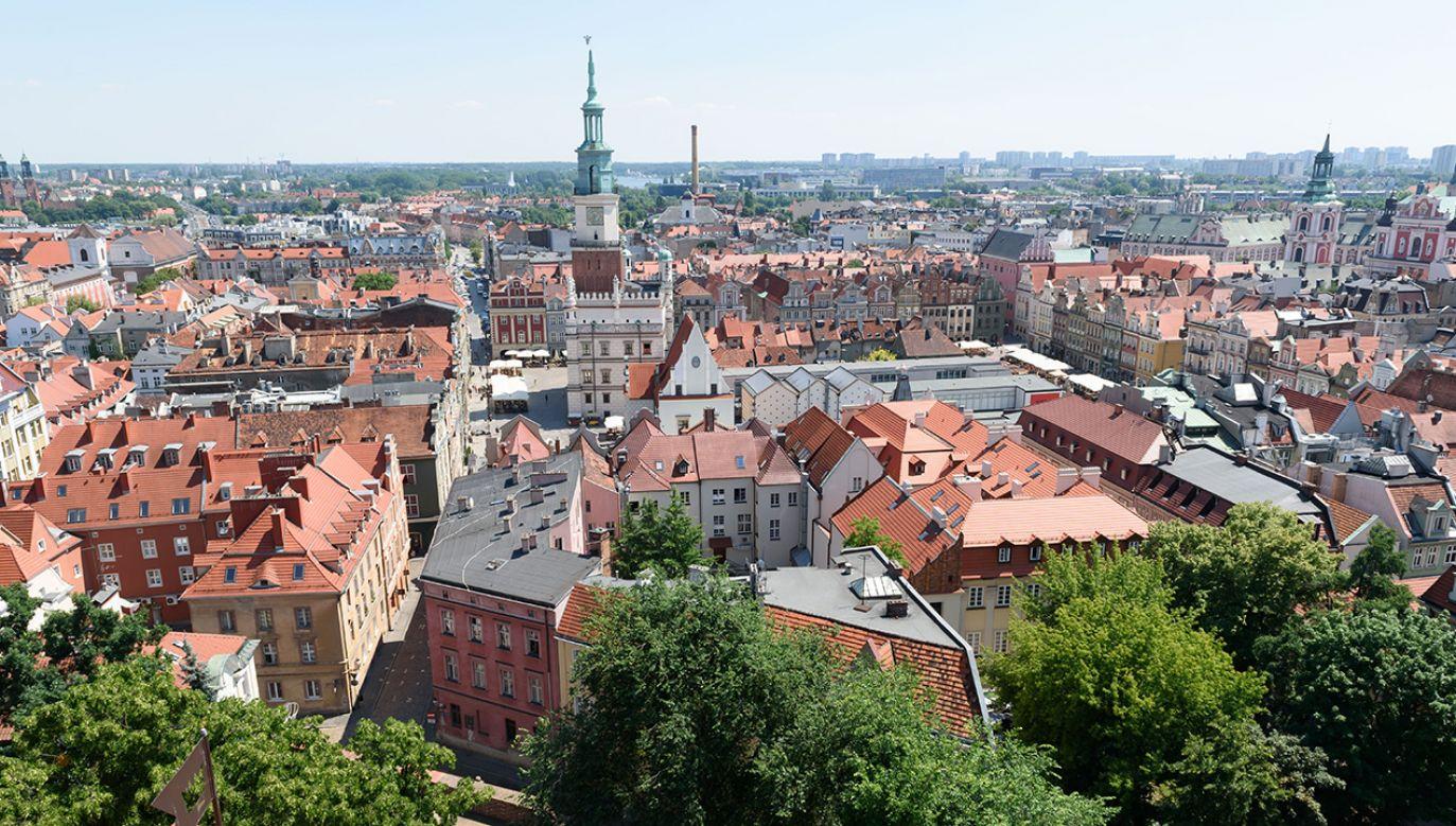 Widok z wieży zamkowej na poznański ratusz i starówkę (fot. arch. PAP/Jakub Kaczmarczyk)