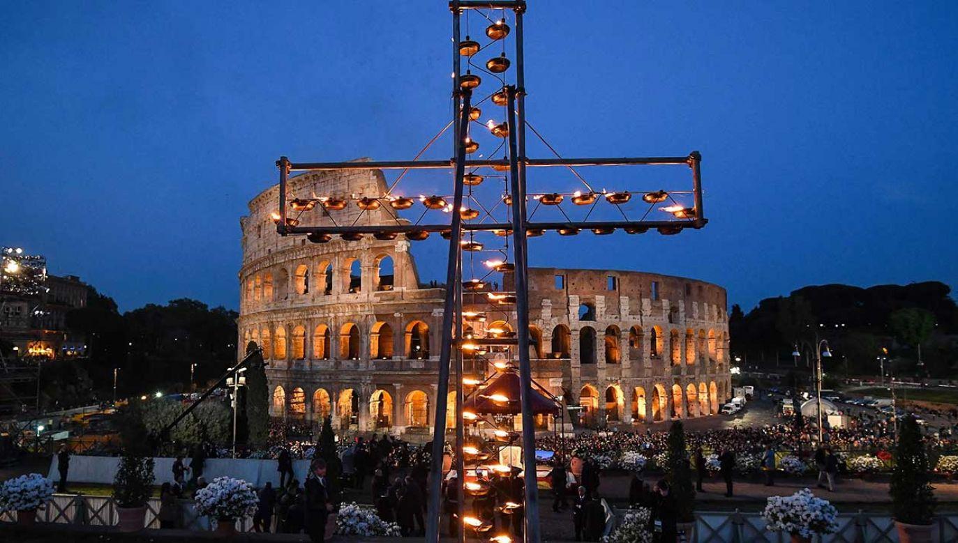 Wokół antycznego amfiteatru zgromadziły się tysiące ludzi (fot. PAP/EPA/ALESSANDRO DI MEO)