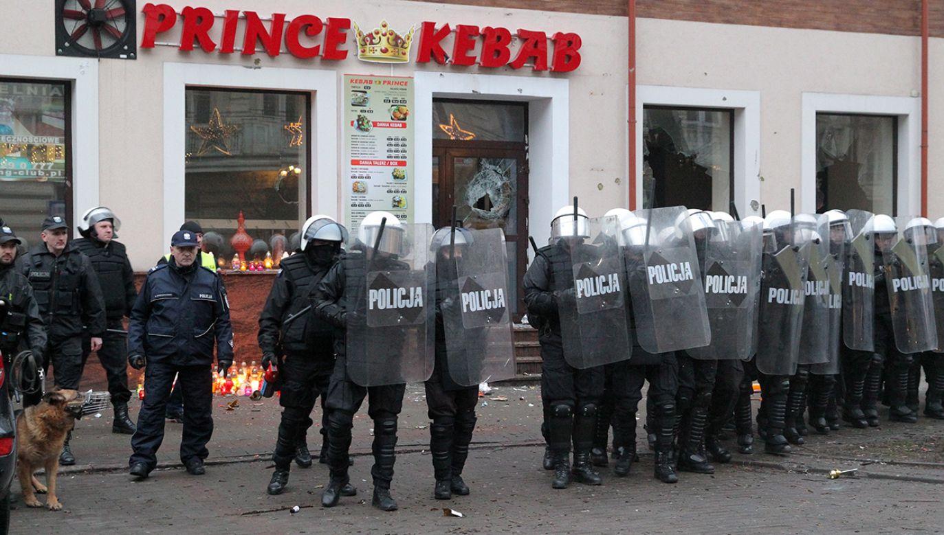 1 stycznia po śmierci 21-latka, który zginął od ciosów nożem przed barem prowadzonym przez cudzoziemców, doszło w Ełku do burd ulicznych (fot. arch. PAP/Tomasz Waszczuk)