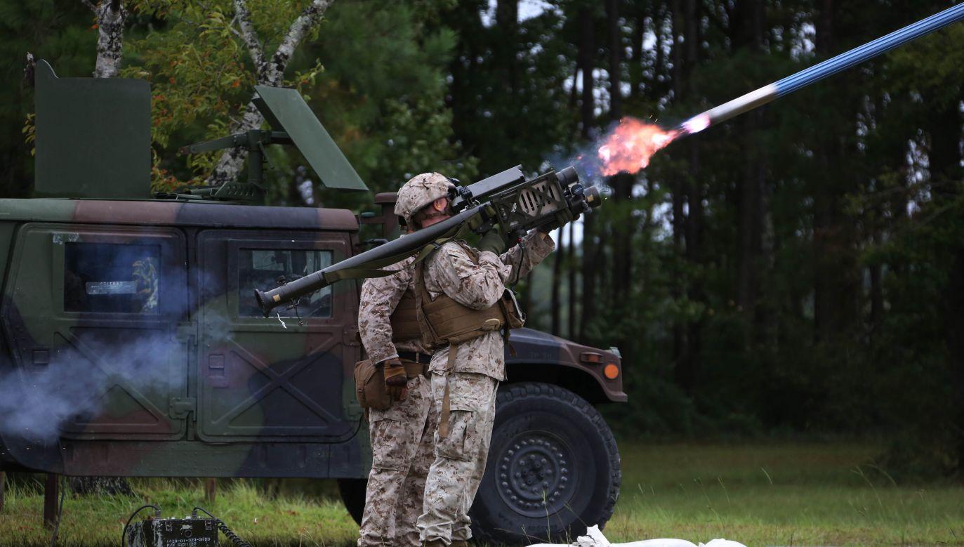 Pocisk typu Stinger jest zaliczany do lekkich – waży ok. 10 kg, razem z wyrzutnią ok. 15 kg (fot. flickr.com/MarineCorpsAviationAssociation)