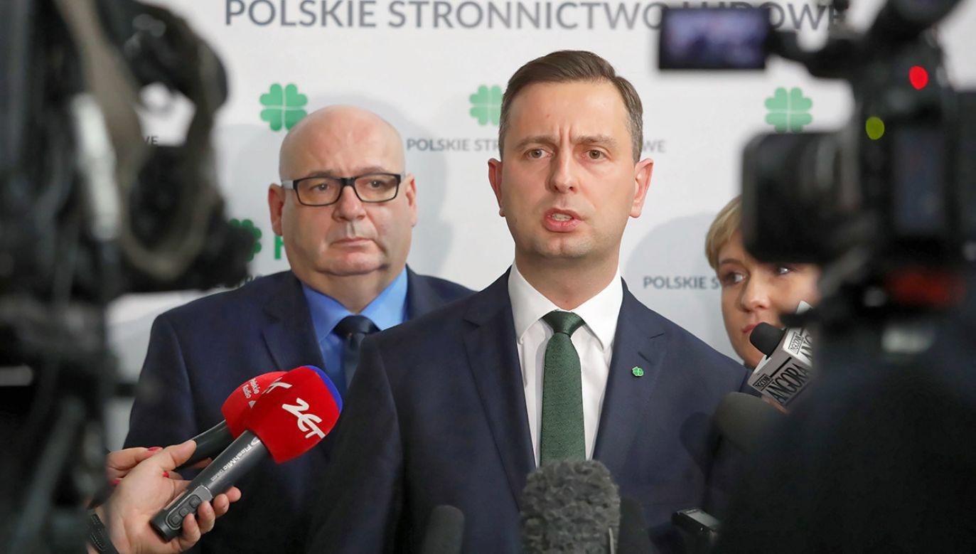 Przewodniczący PSL Władysław Kosiniak-Kamysz (C) oraz posłowie Piotr Zgorzelski (L) i Urszula Pasławska (P) (fot. PAP/Tomasz Gzell)