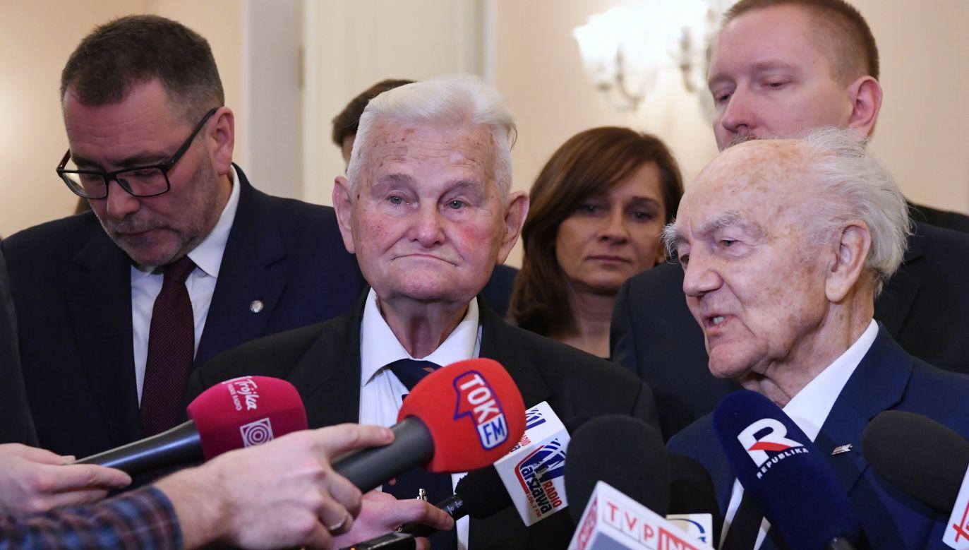 Sędzia Bogusław Nizieński (drugi od lewej) w imieniu kombatantów wyraził sprzeciw wobec uchylenia dekomunizacji nazw ulic w stolicy (fot. PAP/PAP/Piotr Nowak)