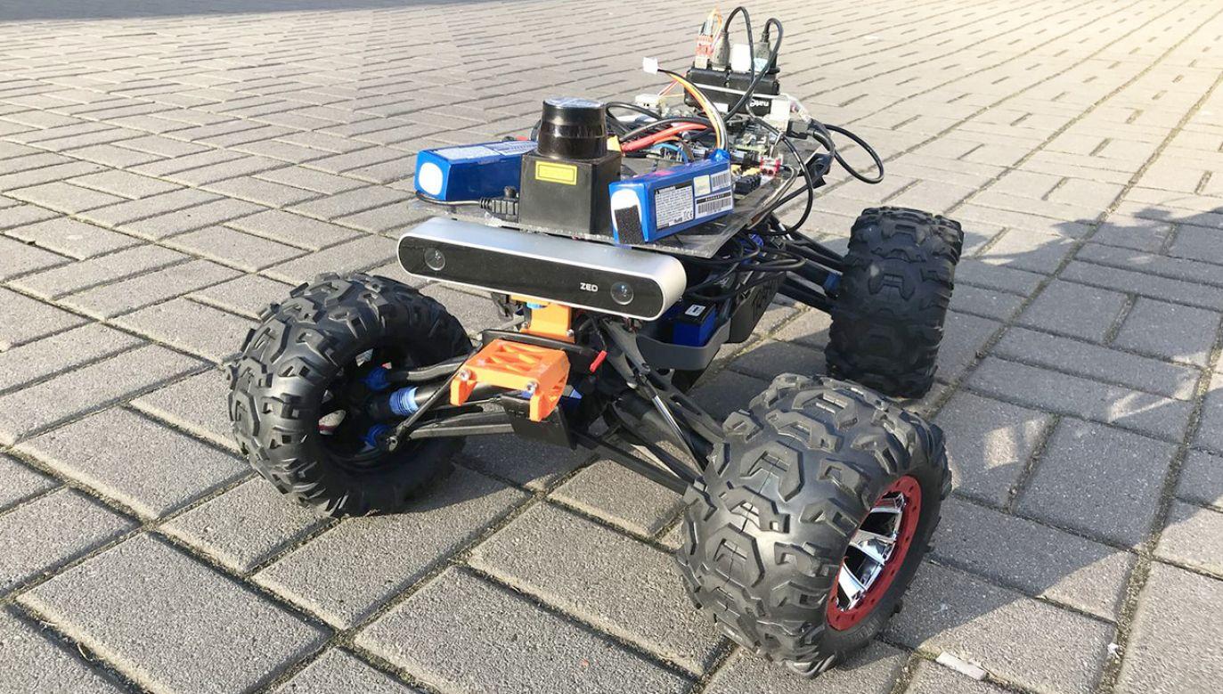 Ważący 6 kg robot został zbudowany na platformie zdalnie sterowanego samochodu (fot. pwr.edu.pl)