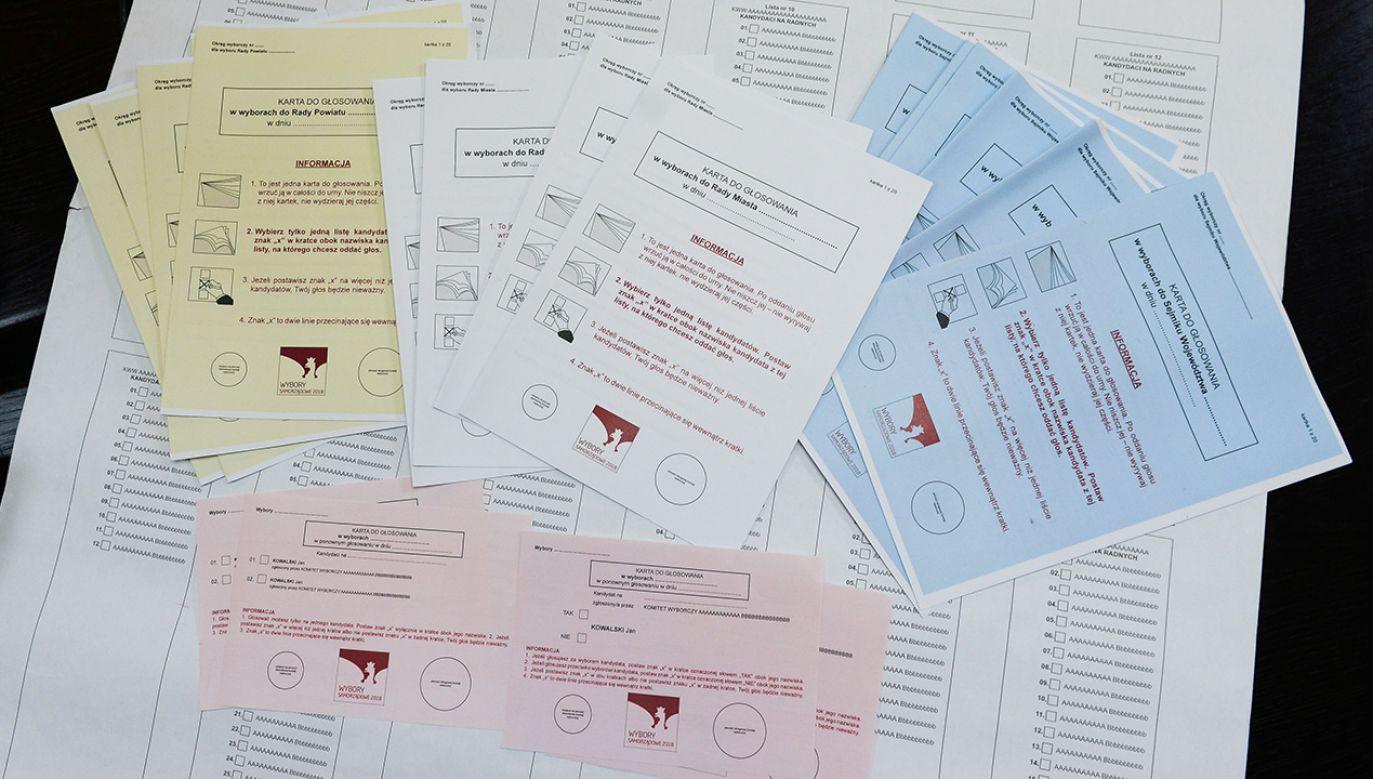 Dokumenty zajęły kilka busów (fot. PAP/Jakub Kamiński)