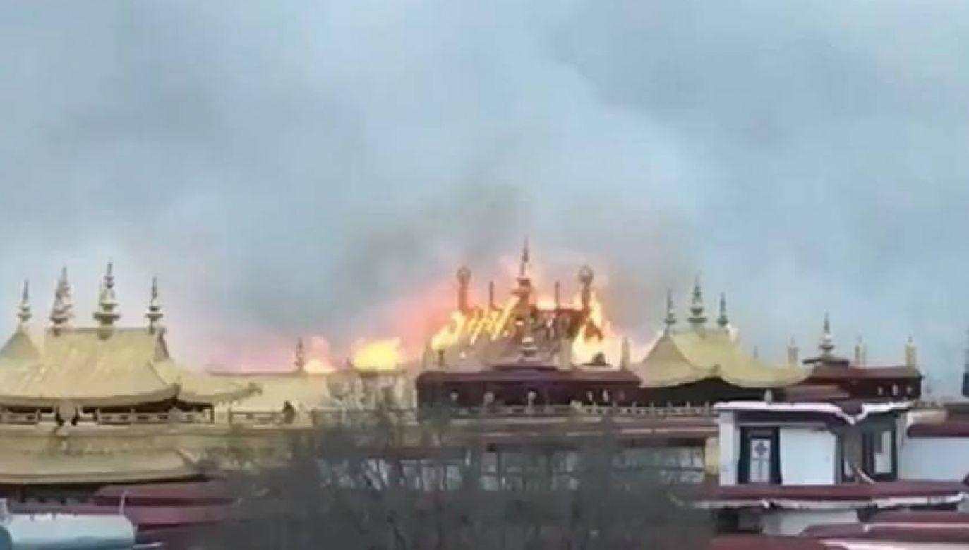 Pożar w świątyni Jokhang, w stolicy Tybetu Lhasie (fot. Twitter/Claudio Tecchio)