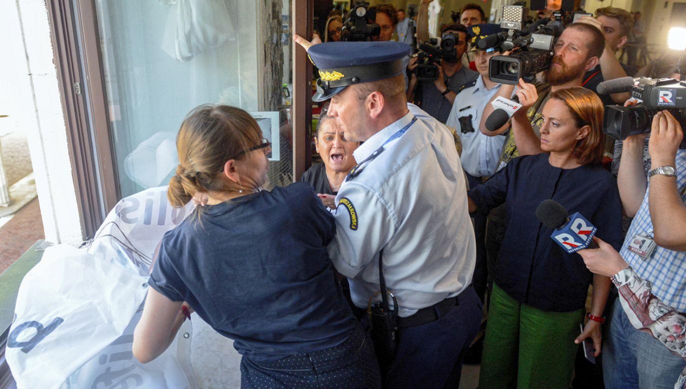 Protestujący w Sejmie próbują wywiesić za oknem transparent (fot.  PAP/Jakub Kamiński)