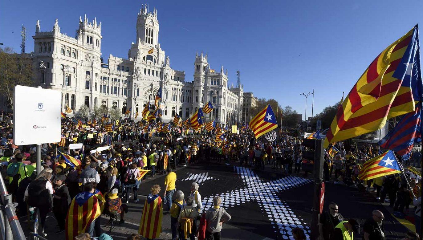 W piątek rząd Hiszpanii poinformował, że nie podejmie na terenie Katalonii żadnych działań związanych z usuwaniem separatystycznych symboli z regionalnych budynków publicznych (fot. PAP/EPA/VICTOR LERENA)