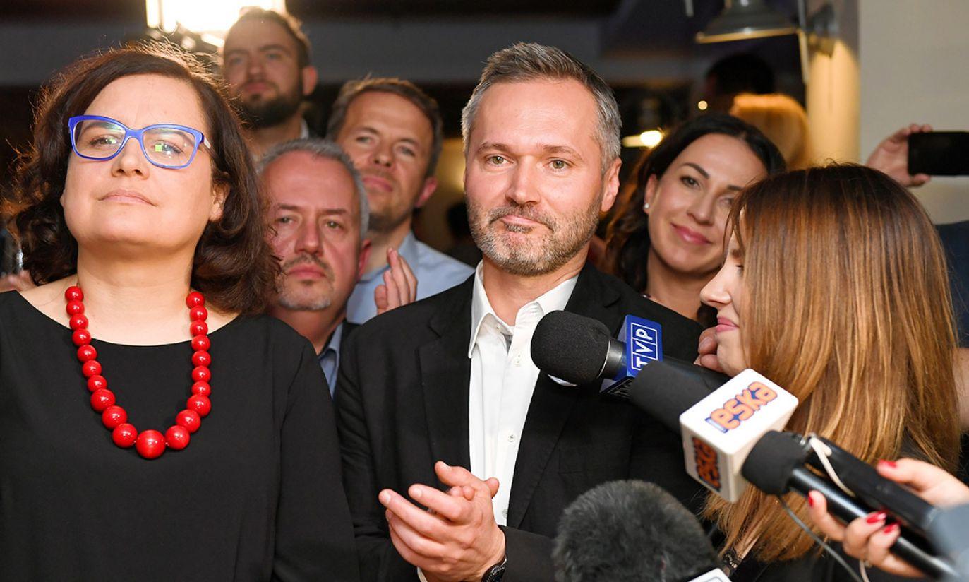 Wspólny kandydat Platformy Obywatelskiej i Nowoczesnej na prezydenta Gdańska Jarosław Wałęsa (C) z żoną Eweliną (P) i posłanka Nowoczesnej Ewa Lieder (L) podczas wieczoru wyborczego KKW Koalicja Obywatelska (fot. PAP/Adam Warżawa)