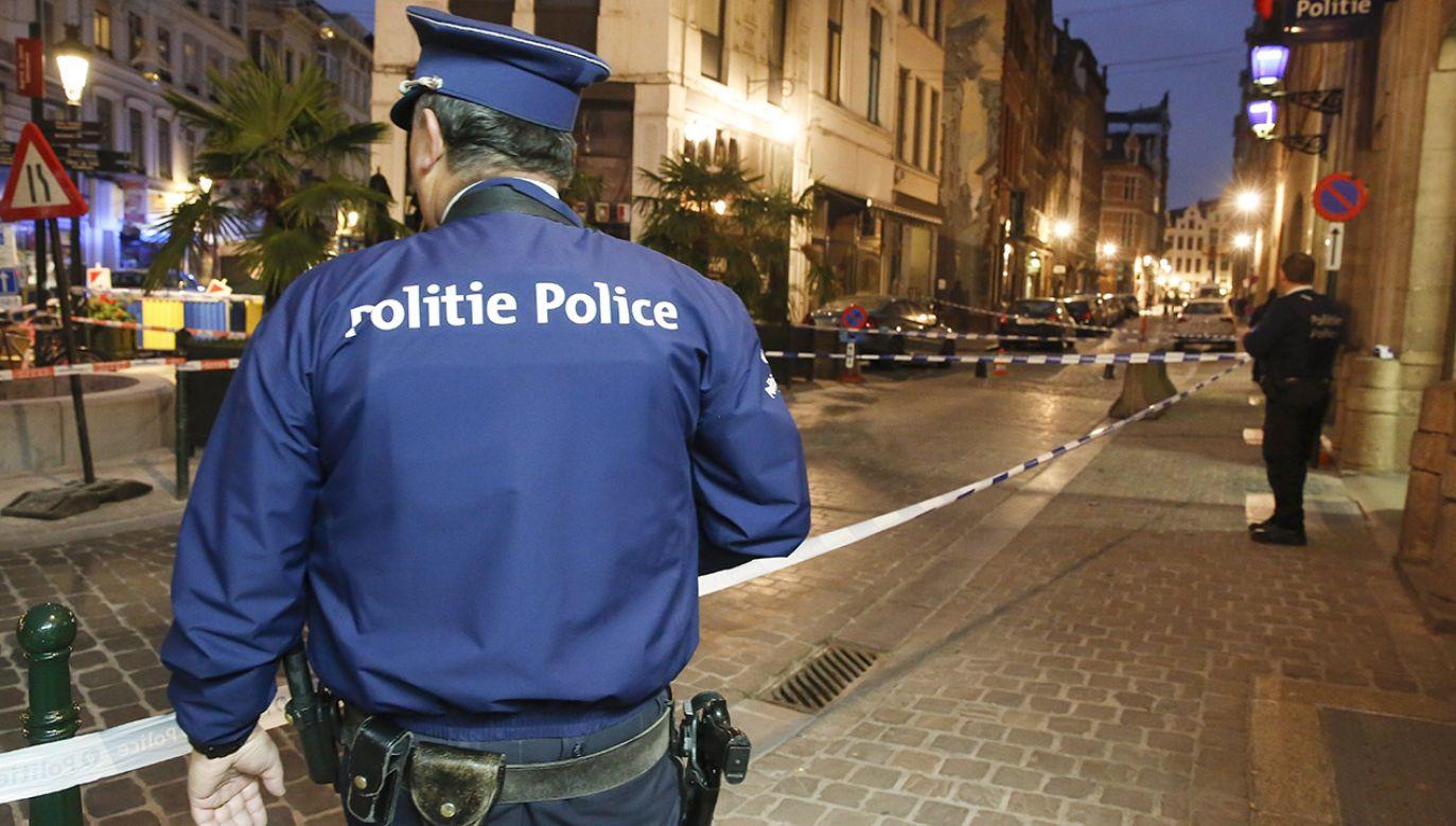 """Nożownik zaatakował policjanta wczesnym rankiem. Miał krzyczeć """"Allah akbar"""" (fot. PAP/EPA/JULIEN WARNAND)"""