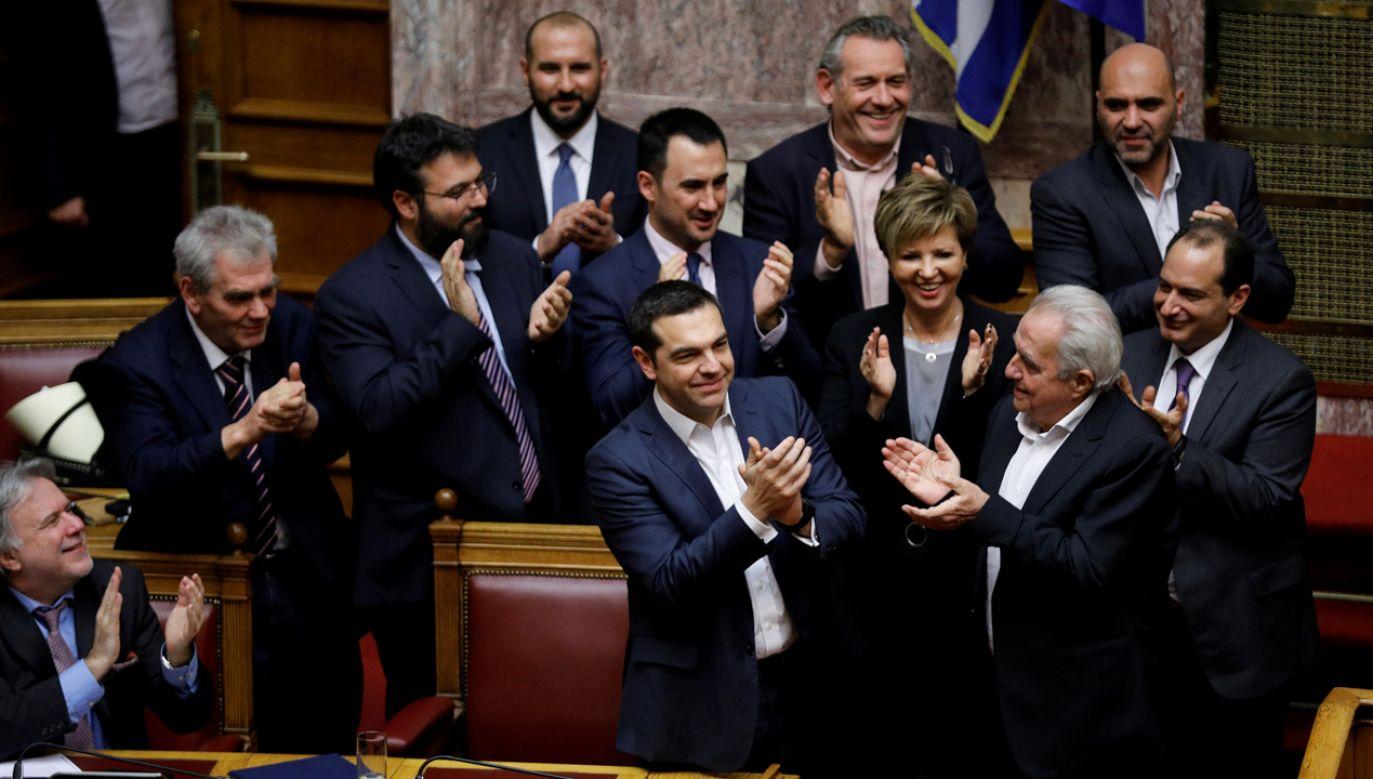 Grecki premier w otoczeniu członków swojego gabinetu (fot. Reuters/Alkis Konstantinidis)