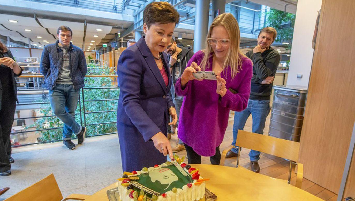 """Ustępująca prezydent Warszawy przyniosła ze sobą tort z napisem """"Bhawo Wy (fot. tt/@hannagw)"""