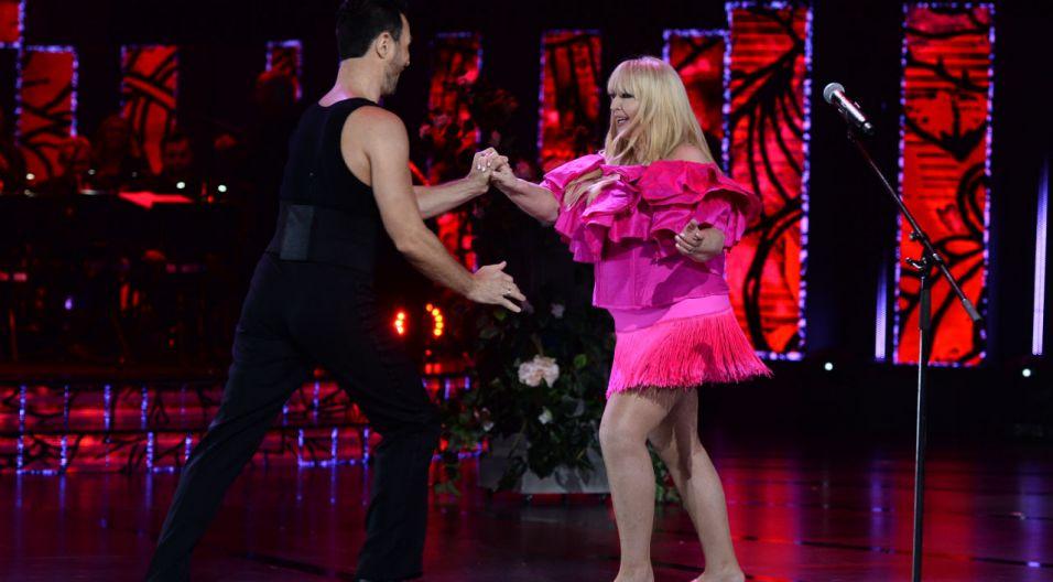 """""""Wariatka tańczy"""" w efektownej, różowej kreacji..."""