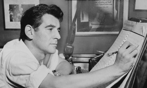 Leonard Bernstein przy fortepianie, dokonując adnotacji na partyturę muzyczną. Fot. Al Ravenna, World Telegram staff photographer - Library of Congress. New York World-Telegram & Sun Collection. http://hdl.loc.gov/loc.pnp/cph.3c27784, Public Domain, https://commons.wikimedia.org/w/index.php?curid=1273891