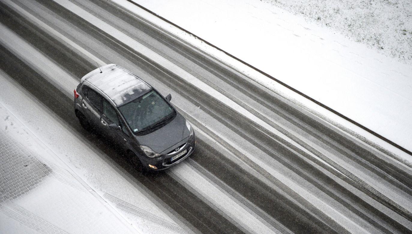Kierowcy muszą się liczyć z trudnymi warunkami na drogach (fot. PAP/Darek Delmanowicz)