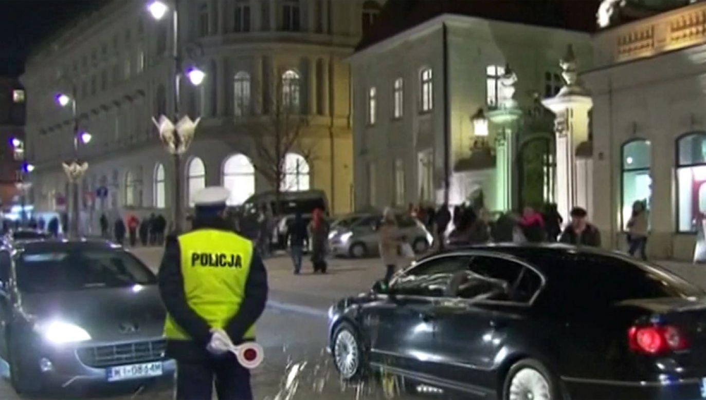 Wyjeżdżające z pałacu prezydenckiego  auto obrzucono jajkami (fot. TVP Info)