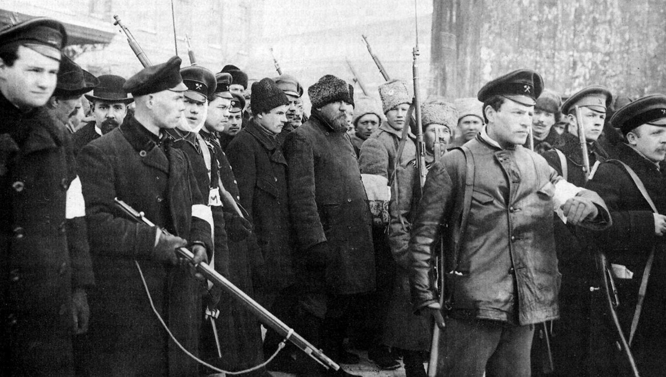 Patrol bolszewików podczas rewolucji październikowej. Fot. Universal History Archive / UIG via Getty Images)