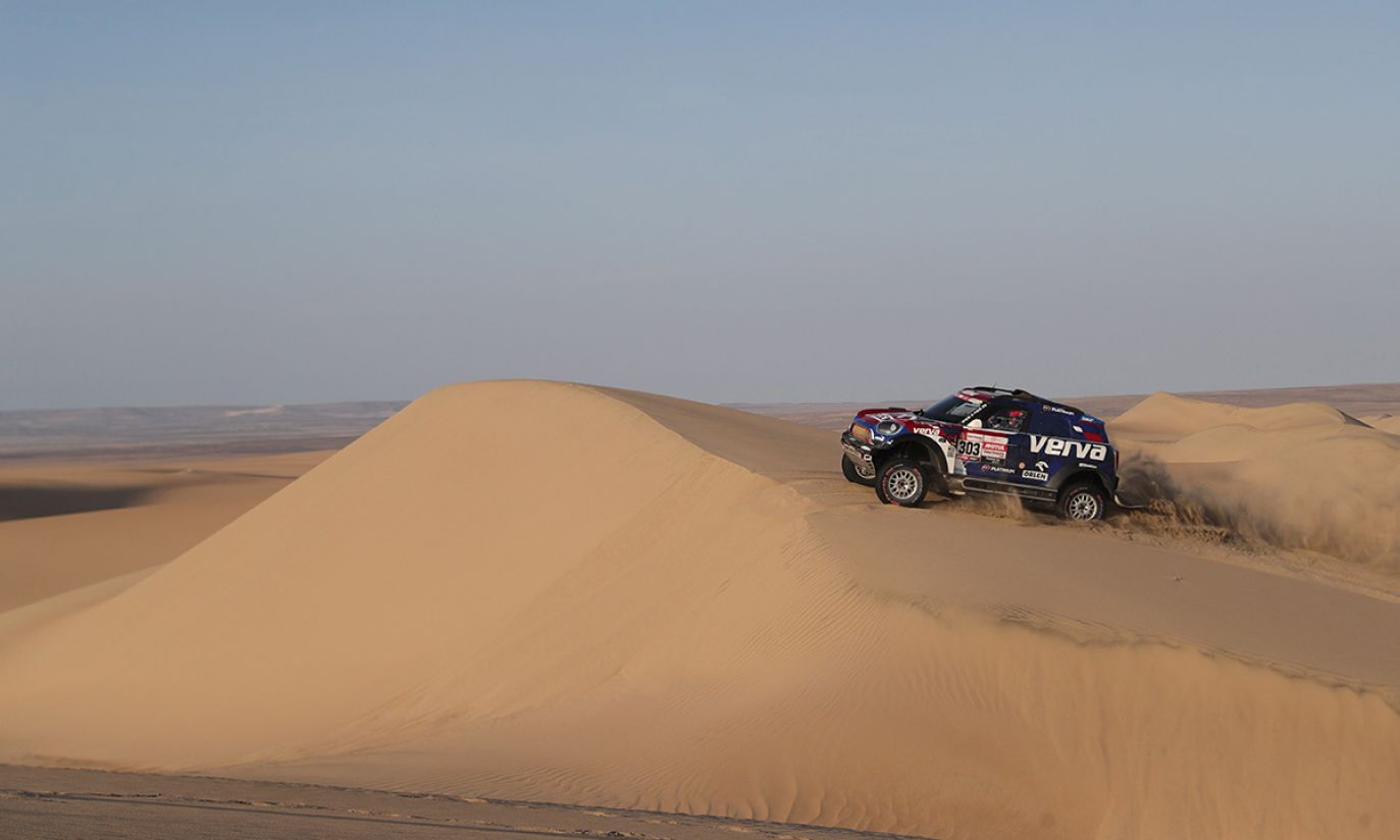 Polski kierowca Jakub Przygoński z zespołu Orlen X-Raid podczas drugiego etapu Rajdu Dakar 2019, pomiędzy Pisco i San Juan de Marcona, w Peru (fot. PAP/EPA/Ernesto Arias)