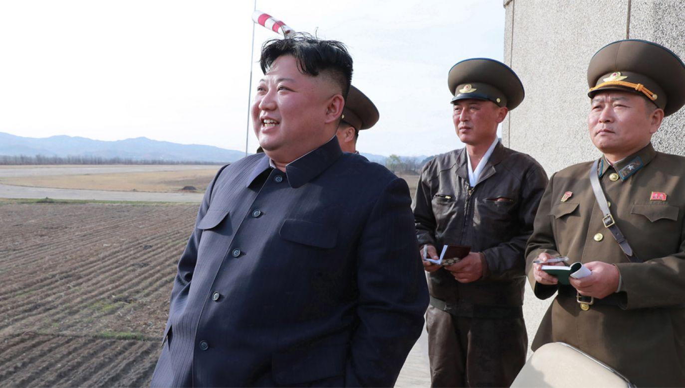 Jak twierdzi agencja KCNA, Kim Dzong Un był pod wrażeniem umiejętności pilotów (fot. PAP/EPA/KCNA)