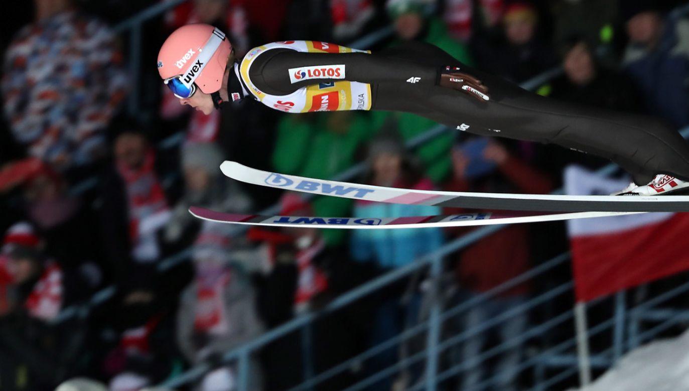 Dawid Kubacki podczas konkursu drużynowego zawodów Pucharu Świata (fot. PAP/Grzegorz Momot)