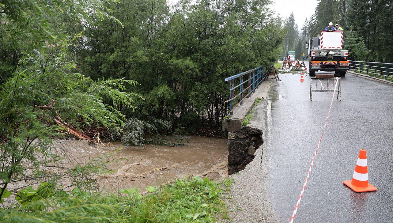 Uszkodzony most po intensywnych opadach deszczu w miejscowosci Małe Ciche (fot. PAP/Grzegorz Momot)