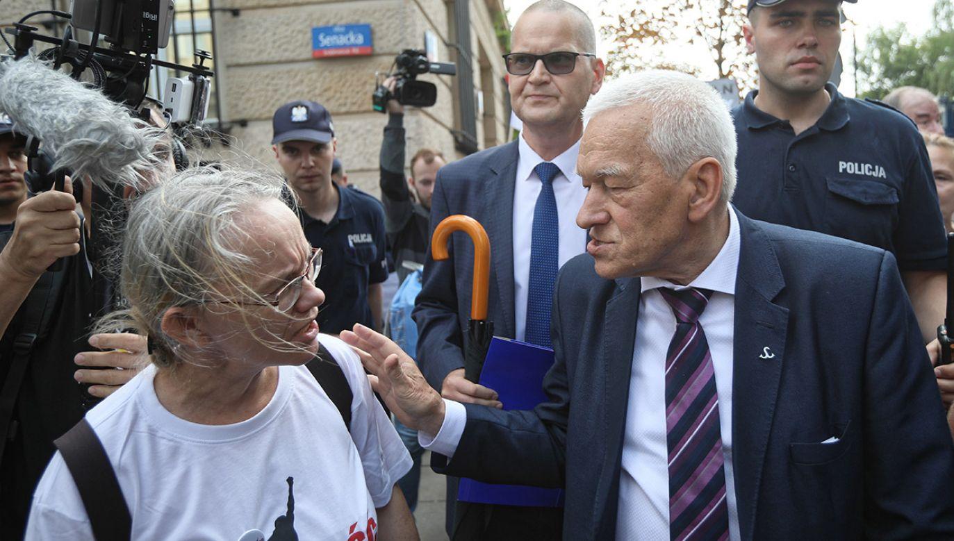Protestujący w środę pod Sejmem chcieli uniemożliwić wyjście marszałkowi seniorowi Kornelowi Morawieckiemu (fot. PAP/Leszek Szymański)