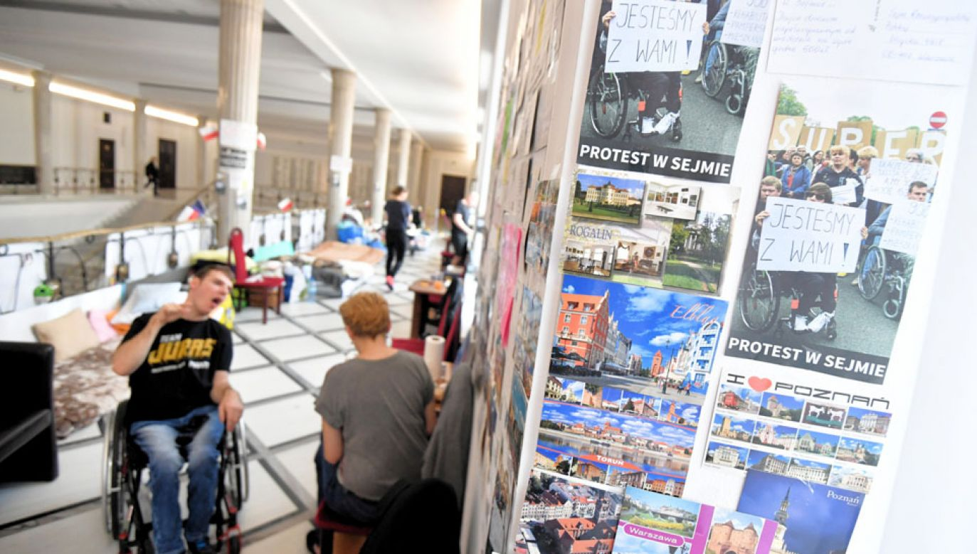 Protestujący domagają się m.in. wprowadzenia dodatku rehabilitacyjnego dla dorosłych osób niepełnosprawnych  (fot. PAP/Bartłomiej Zborowski)