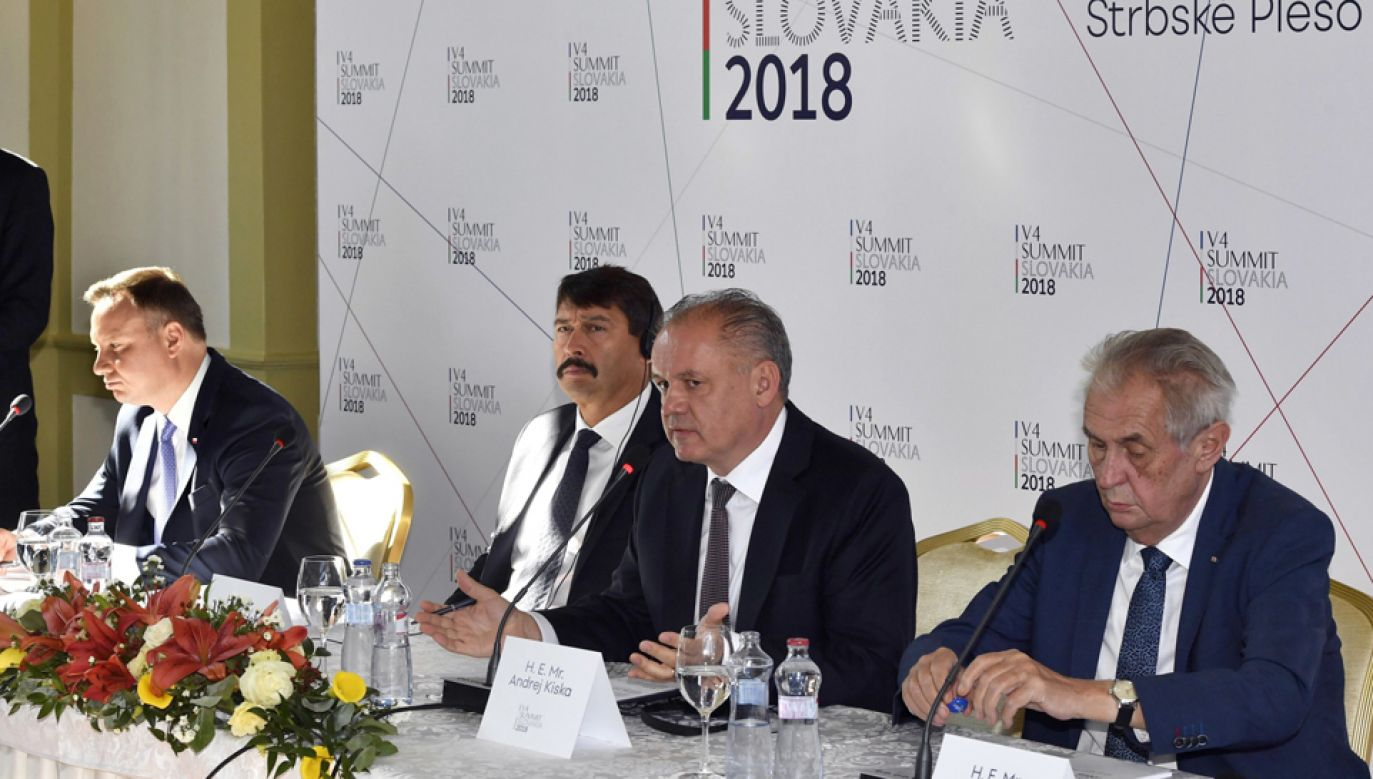Prezydent Andrzej Duda (L)  podczas konferencji prasowej po spotkaniu grupy V4  (fot. TVP Info)