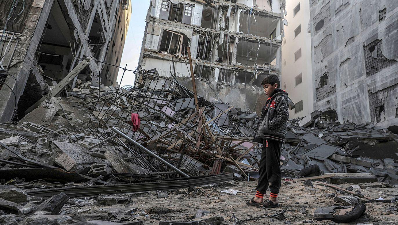Efekt nalotów izraelskiego lotnictwa w Gaza City (fot. PAP/EPA/MOHAMMED SABER)