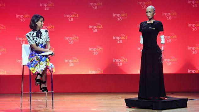 Sophia (P), najbardziej zaawansowany humanoidalny robot zaprezentowany w Centrum Kongresowym ICE, podczas odbywającego się w Krakowie Impact'18 (fot. PAP/Jacek Bednarczyk)