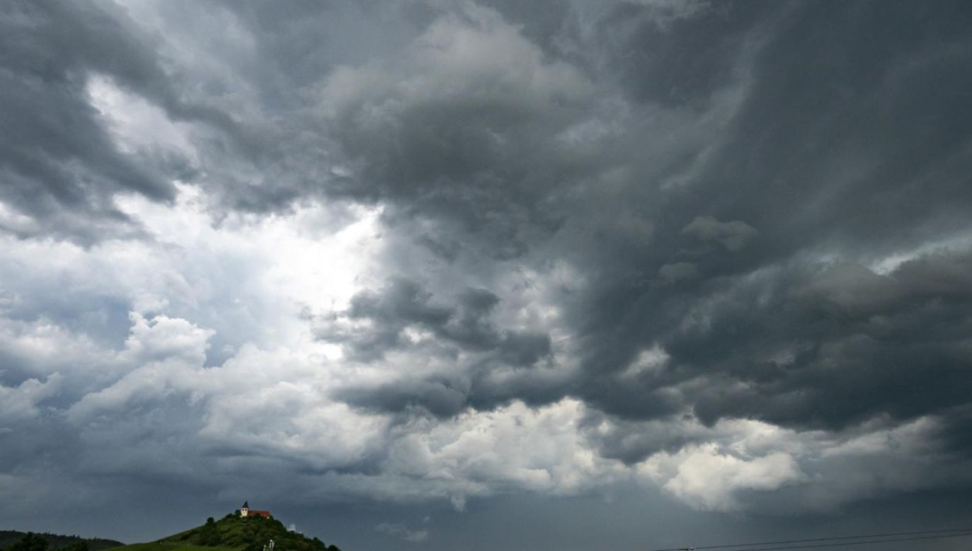 Burzom mogą towarzyszyć grad i silny wiatr, a nawet trąby powietrzne (fot. PAP/EPA/RONALD WITTEK)