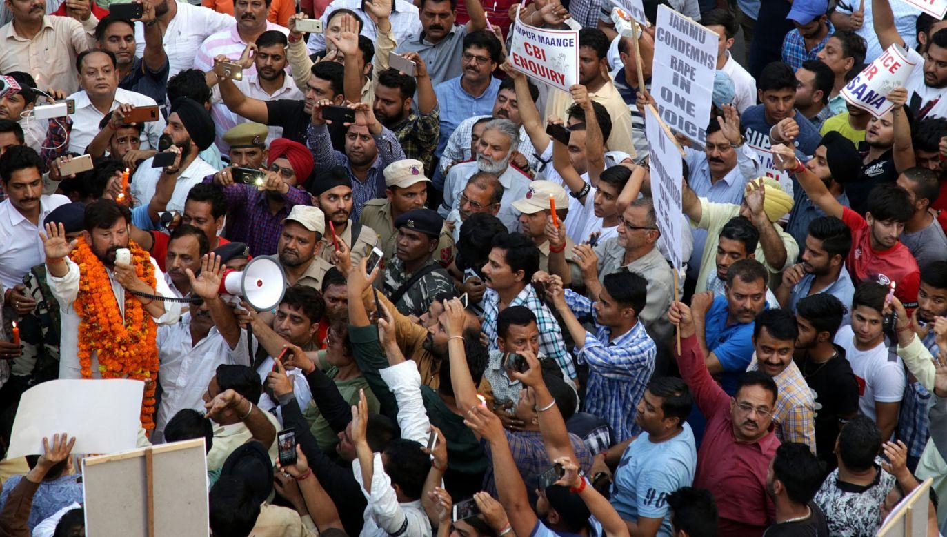 """Na plakatach demonstrujących można zobaczyć napisy """"Sprawiedliwość w Kathua"""", """"Stop kulturze gwałtu"""" i Nigdy więcej gwałcicieli w parlamencie"""" (fot. PAP/EPA/JAIPAL SINGH)"""