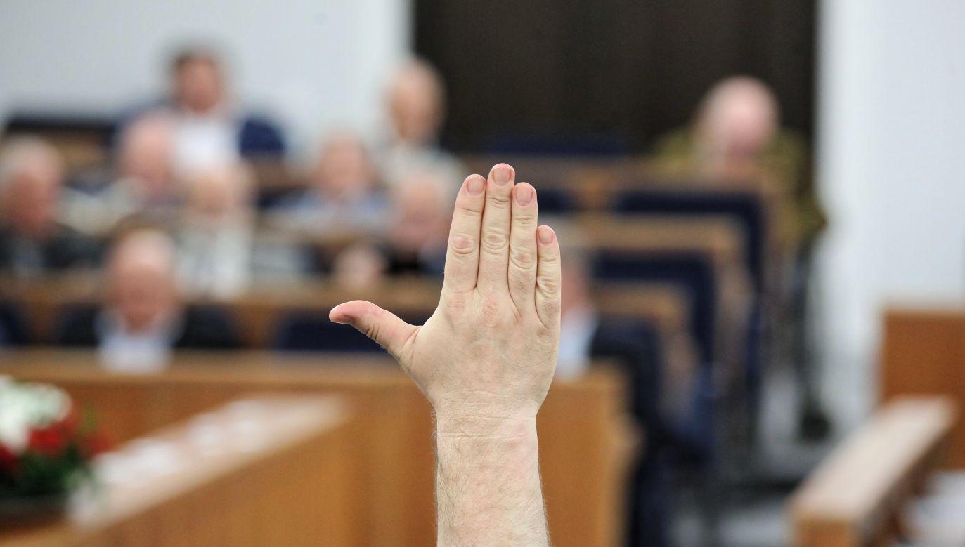 Senatorowie na sali obrad (fot. PAP/Tomasz Gzell)