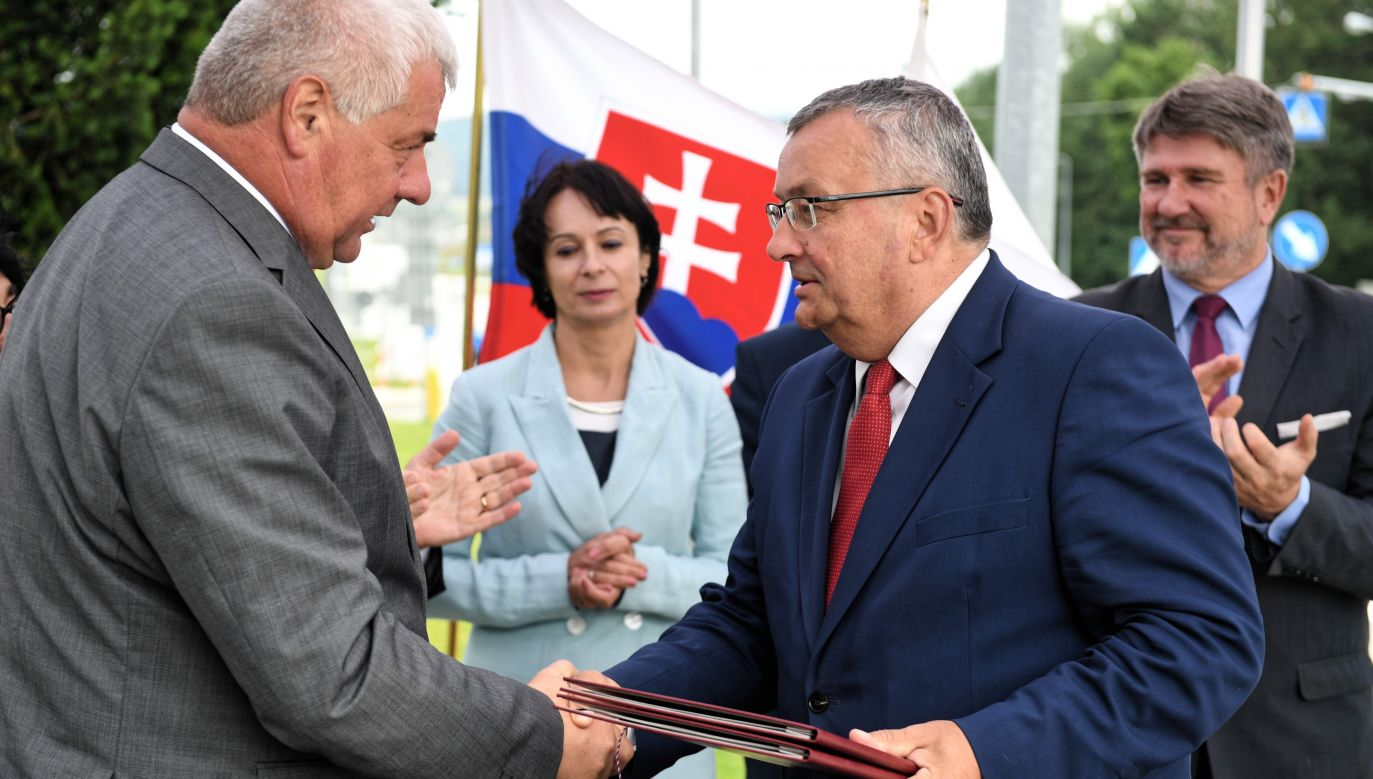Via Carpatia motorway soon to connect Poland with Slovakia and other eastern EU countries. Polish Infrastructure Minister Andrzej Adamczyk (R) and Slovak Minister of Transport and Construction Árpád Érsek (L). Photo: PAP/Darek Delmanowicz