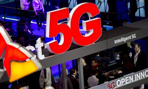 Reklama w technologii 5G. Tysiące ludzi uczestniczyło w Mobile World Congress 2018 w Barcelonie. Fot.: Miquel Llop / NurPhoto via Getty Images