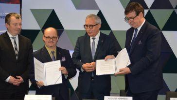 Szefowie Poczty Polskiej i PKP przedstawiciele resortu infrastruktury podpisali list intencyjny (fot. mat.pras.)