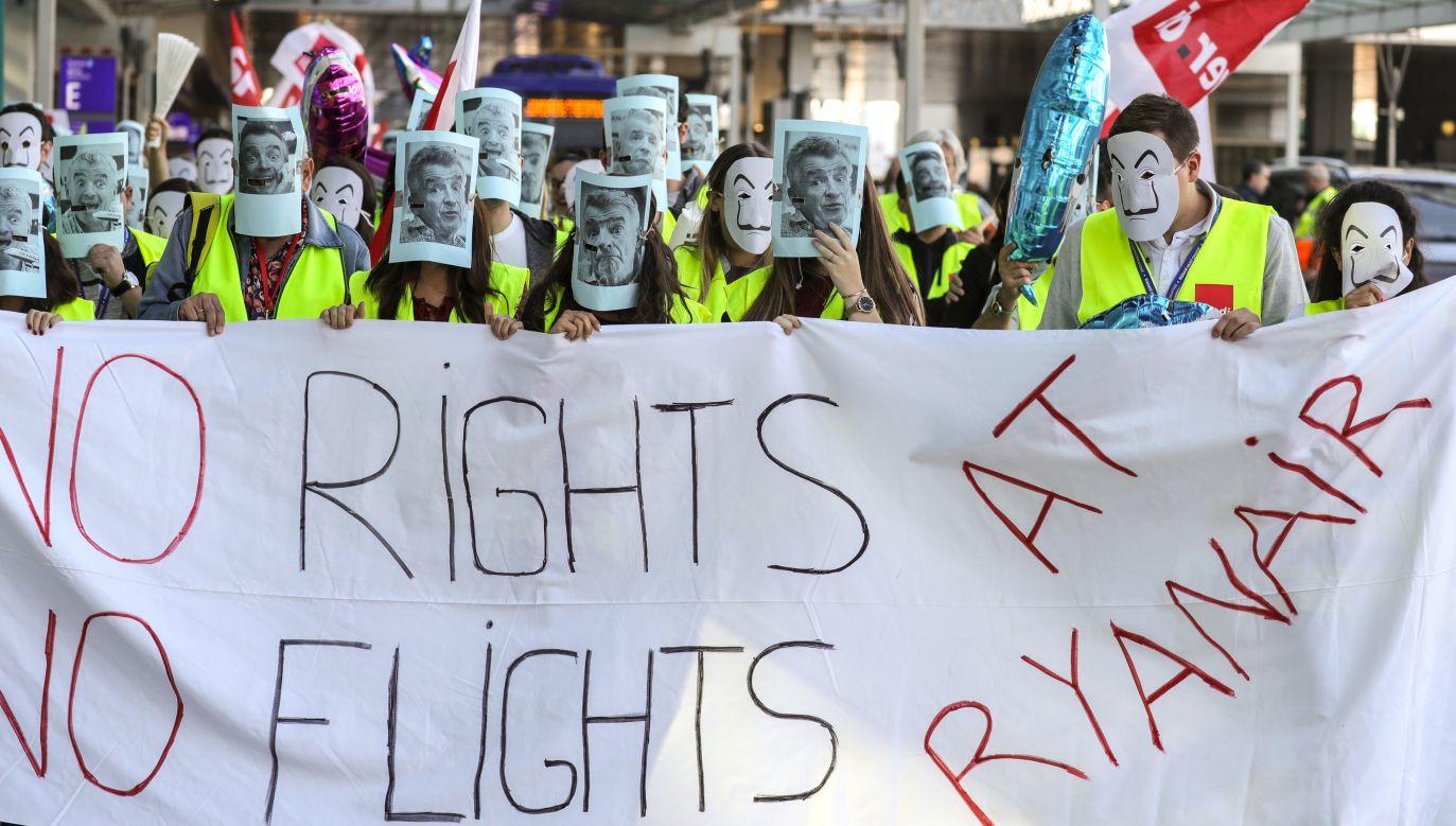 """""""Nie ma praw (pracowniczych) – nie ma lotów"""". Pod takim hasłem strajkowali pracownicy Ryanaira we wrześniu we Frankfurcie. Część z nich zasłoniła twarze podobizną szefa firmy, Michaela O'Leary'ego (fot. PAP/EPA/ARMANDO BABANI)"""