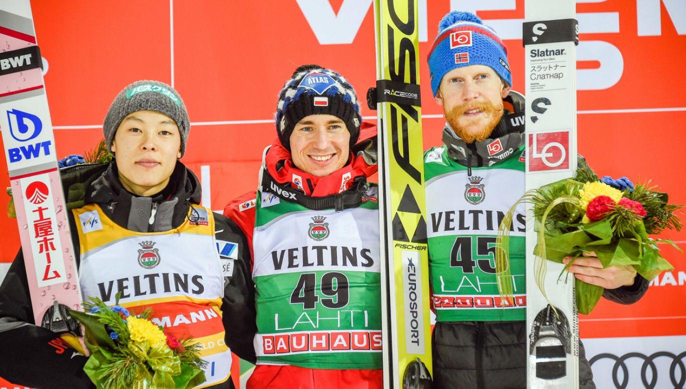 Ryoyu Kobayashi, Kamil Stoch i Robert Johansson na podium w Lahti (fot. PAP/EPA/MARKKU OJALA)