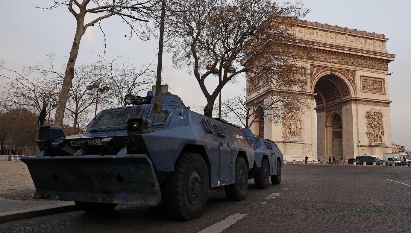 Władze zmobilizowały tysiące policjantów i uzbrojonych m.in. w pojazdy opancerzone (fot. PAP/EPA/ETIENNE LAURENT)