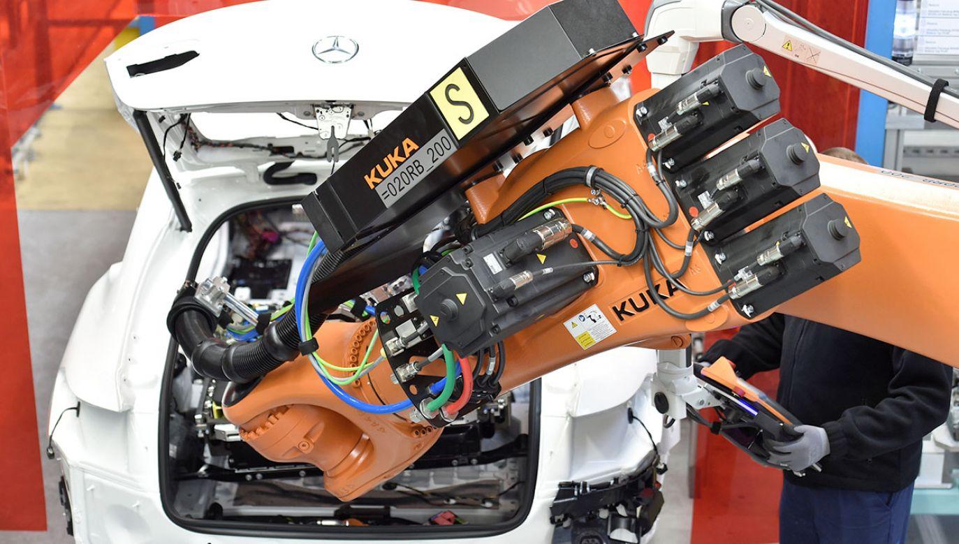 Mercedes zdecydował o rozpoczęciu produkcji baterii elektrycznych do nowego typu pojazdów (fot. REUTERS/Fabian Bimmer)