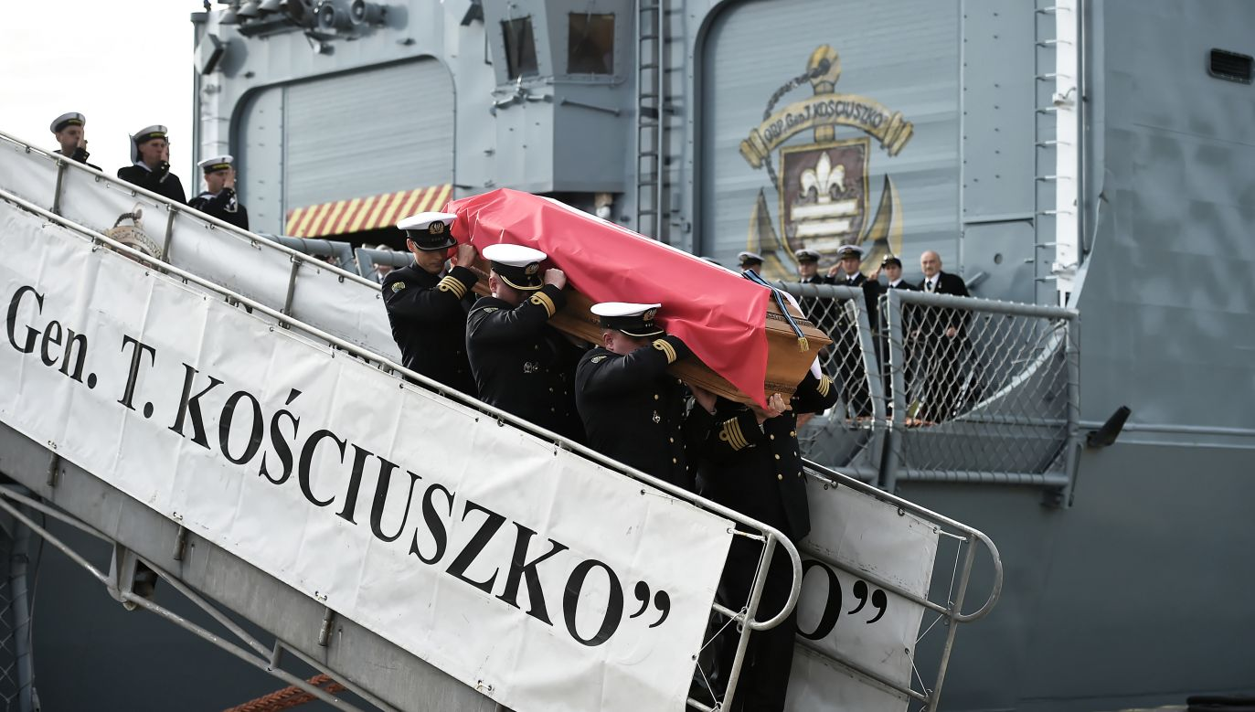 On September 30, coffins with remains of Józef and Zofia Unrug were disembarked in Gdynia, northern Poland. Photo: PAP/Marcin Gadomski
