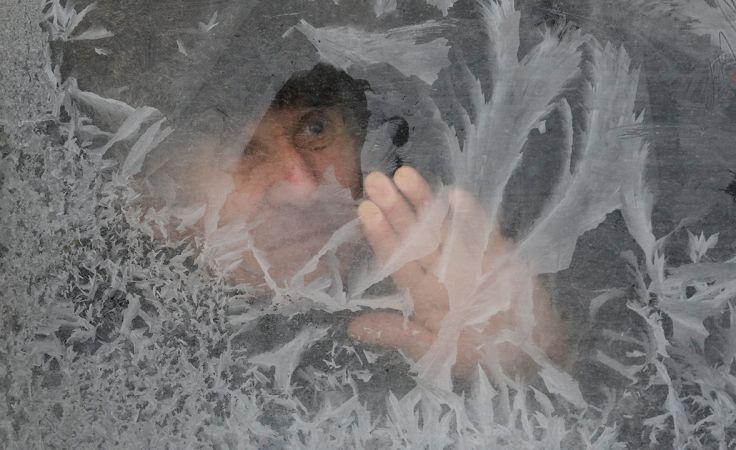 W przypadku podejrzenia odmrożeń powinno się rozluźnić uciskające części garderoby, które ograniczają ukrwienie (fot. REUTERS/Gleb Garanich)