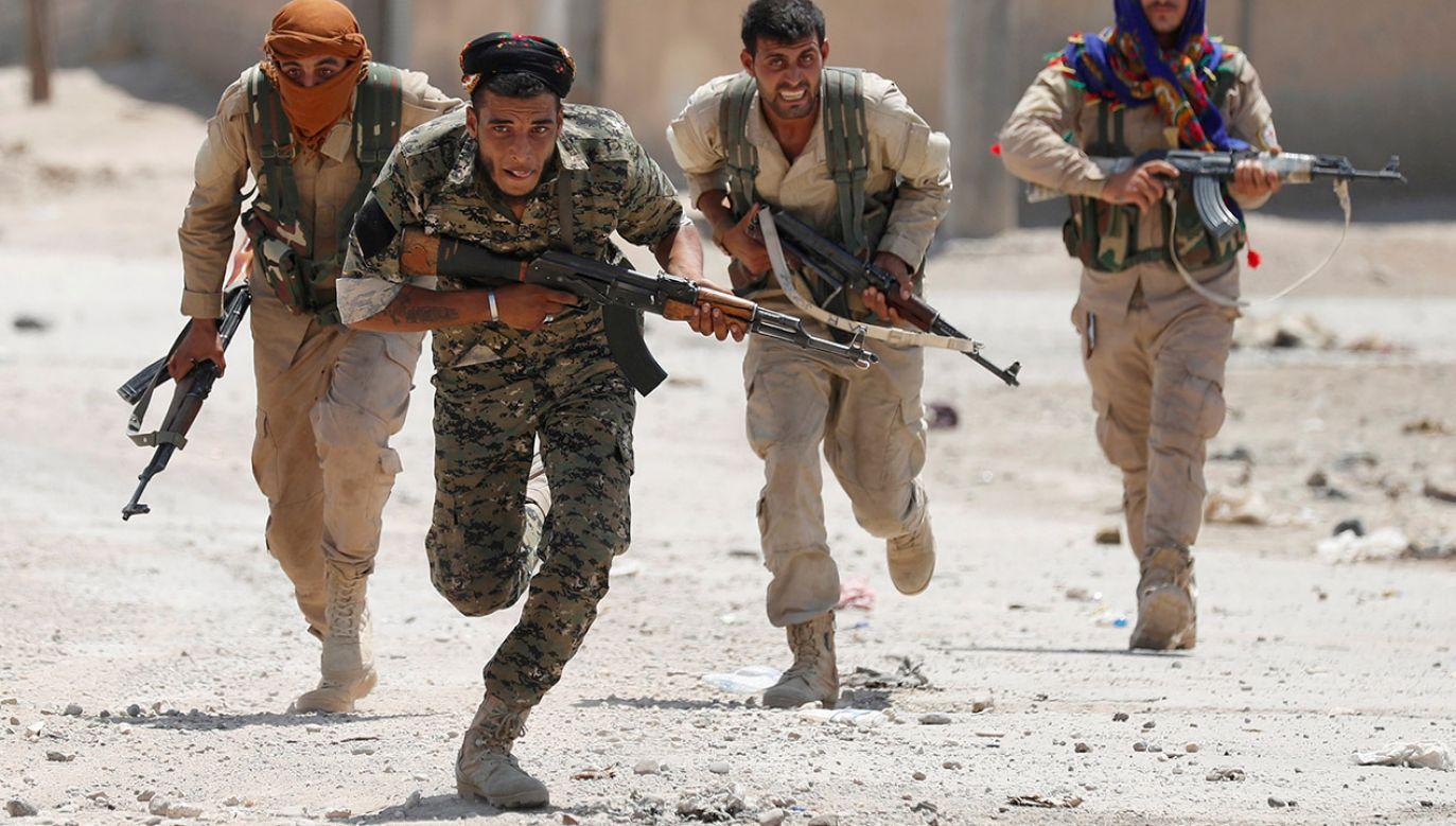 Tłumy obdartych, brudnych i zarośniętych mężczyzn, ustawiały się w długich kolejkach, kapitulując przed kurdyjskimi i arabskimi żołnierzami SDF (fot. REUTERS/ Goran Tomasevic/File Photo)