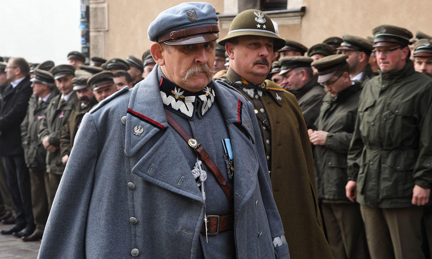 Aktor odtwarzający rolę Józefa Piłsudskiego podczas uroczystości w Krakowie (fot. PAP/Jacek Bednarczyk)