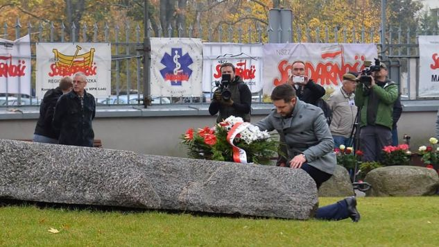 Patryk Jaki na grobie Błogosławionego Ks. Jerzego Popiełuszki  (fot. TT/Patryk Jaki)