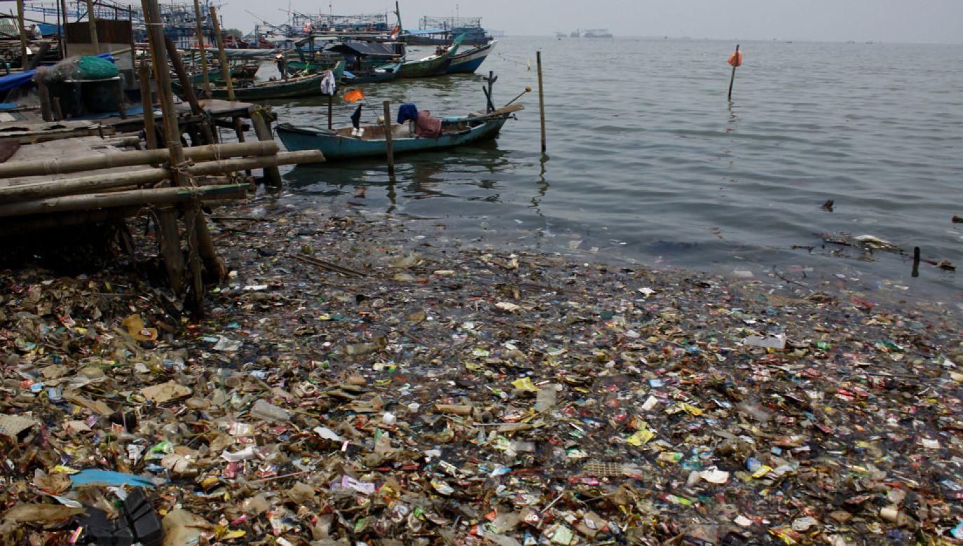 Globalna produkcja tworzyw sztucznych wynosi setki milionów ton rocznie, część kończy w oceanie (fot. Aditya Irawan/NurPhoto via Getty Images)