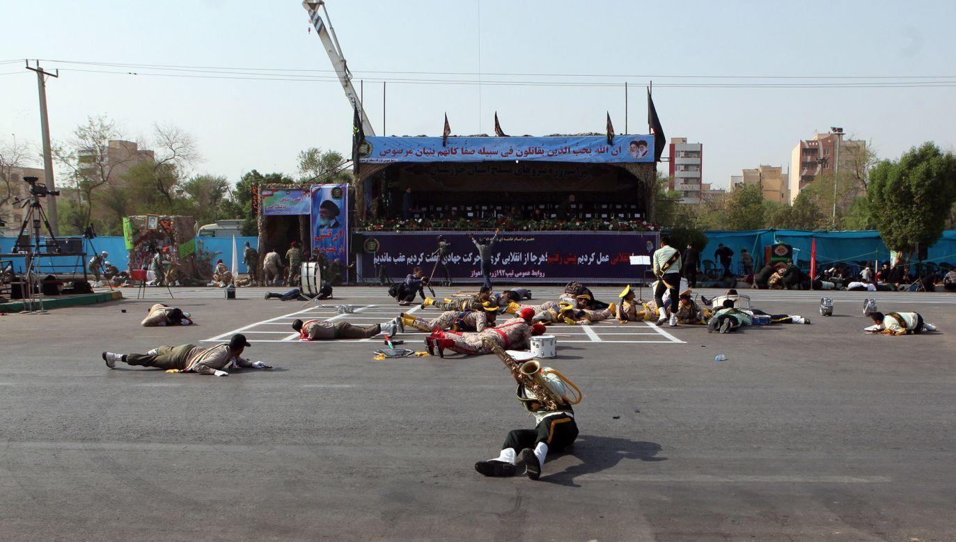 W czasie parady kilku napastników zaczęło strzelać zza trybuny (fot. PAP/EPA/BEHRAD GHASEMI)