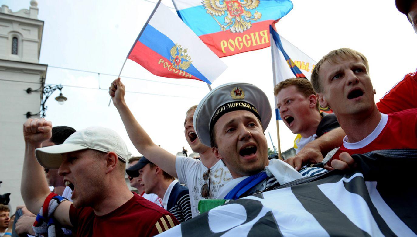 Rosyjscy kibice w okolicach Stadionu Narodowego, przed meczem Grupy A Euro 2012, Polska-Rosja. (fot. arch.PAP/Andrzej Hrechorowicz)