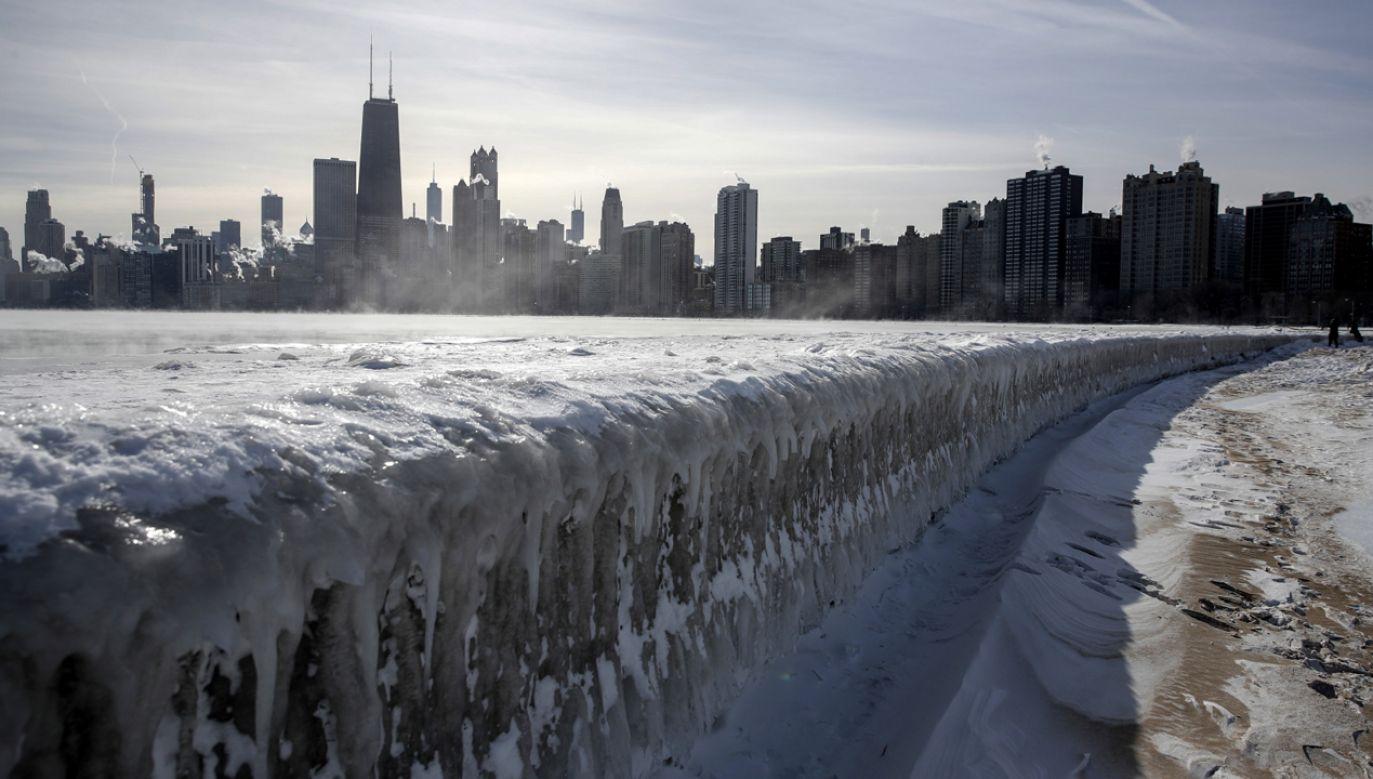 """W Chicago mrozy doprowadziły do """"lodowego trzęsienia ziemi""""  (fot. PAP/EPA/KAMIL KRZACZYNSKI)"""