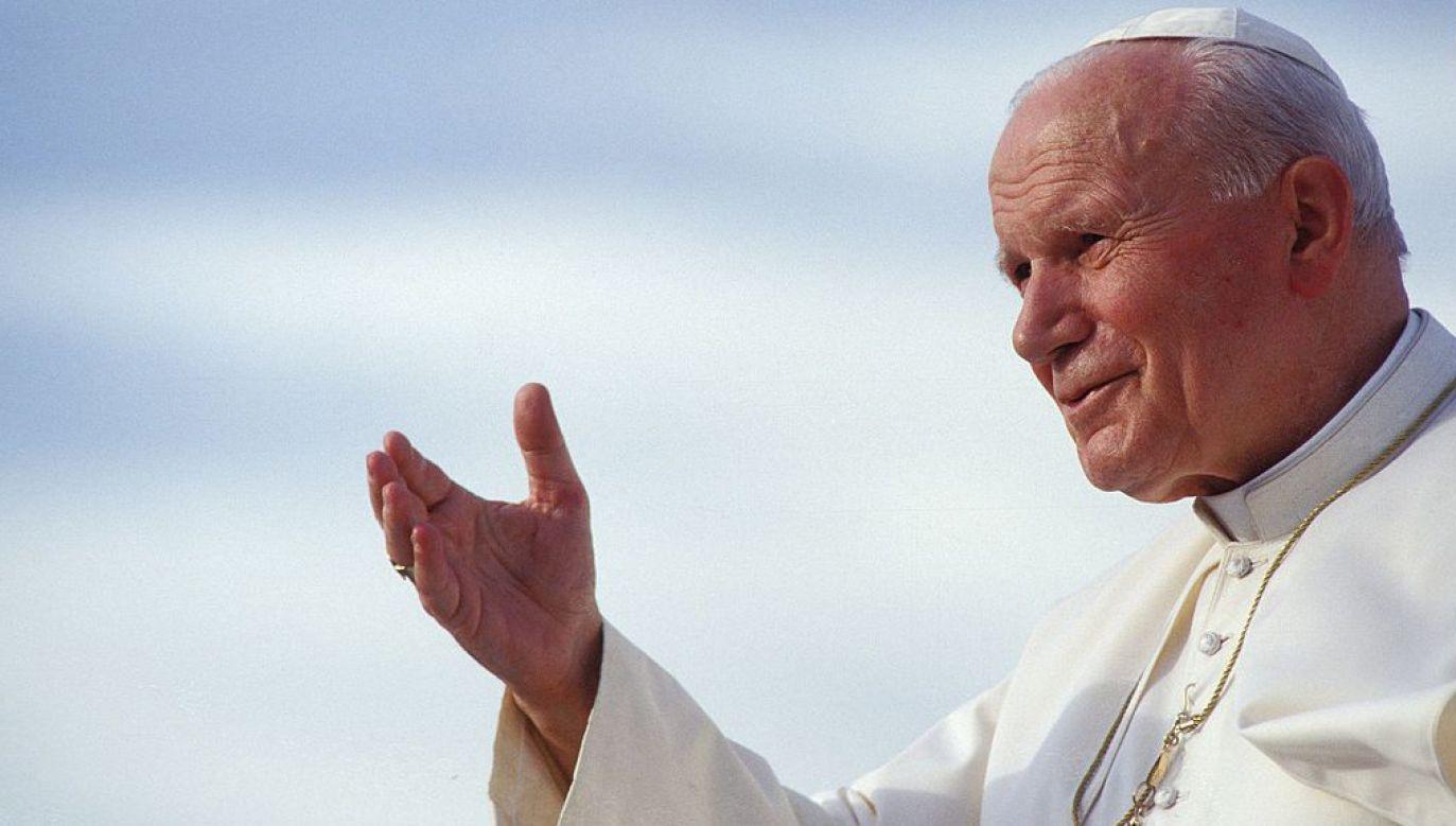 Relikwia w postaci włosa, przywieziona przez bp. Mieczysława Mokrzyckiego, byłego sekretarza Jana Pawła II w latach 1996-2007, została wniesiona do bazyliki podczas procesji (fot. Getty Images/Francois LOCHON)