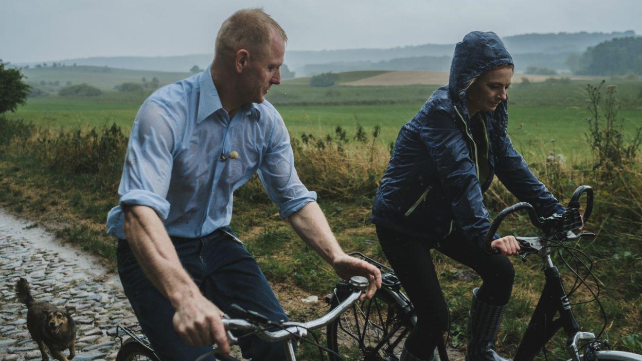 Rolnik znacznie lepiej dogadywał się z Anetą. Romantyczna przejażdżka w deszczu zaprowadziła ich do poważnych deklaracji (fot. TVP)